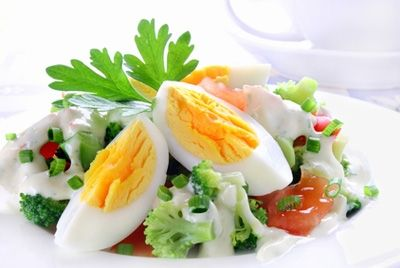 Учёные рекомендуют добавлять яйца в овощной салат