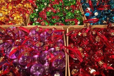 В Великобритании продают ёлочные шары с джином