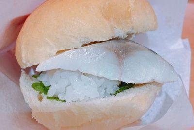 В Японии скрестили суши с бургером и хотдогом