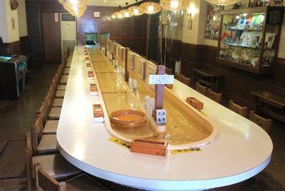 Японский ресторан доставляет блюда по конвейерной ленте с водой