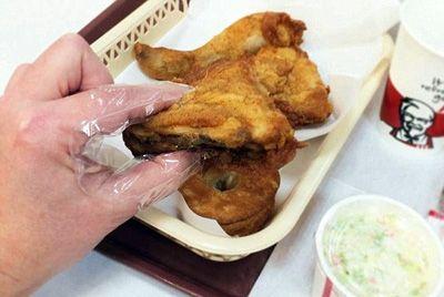 Специальные напальчники защитят пальцы от жира при употреблении курицы