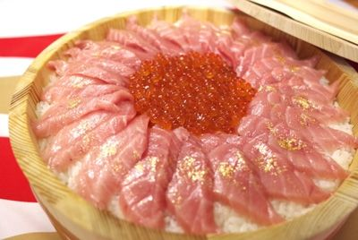 Новогодний торт по-японски: рис, рыба и золото
