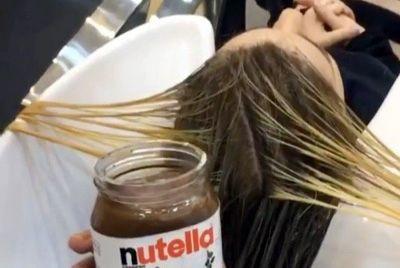 Стилист использует орехово-шоколадную пасту для покраски волос
