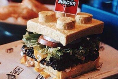 Филиппинский ресторан готовит бургеры в виде Лего