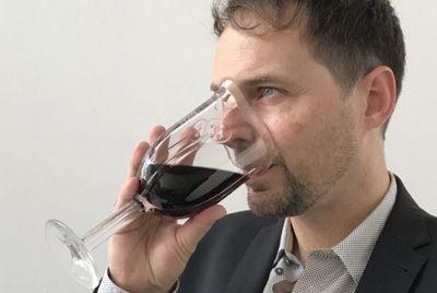Необычный бокал для вина в форме маски