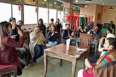Индийское кафе для глухонемых обучает людей языку жестов