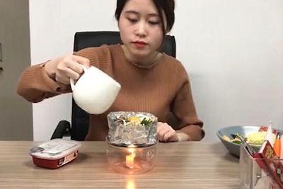 Китаянка выпустила серию мастер-классов по приготовлению еды в офисе из подручных материалов