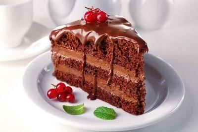 Белые тарелки делают еду более сладкой