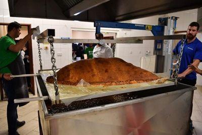 В Лондоне приготовили огромную самсу весом 153 кг