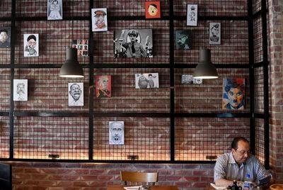 Ресторан в Тунисе привлекает клиентов, используя изображения мировых диктаторов