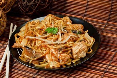Китайское кафе предлагает бесплатную еду для дворников, солдат и пожилых людей