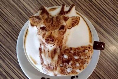 Тайваньский бариста создает фигурки животных на кофе