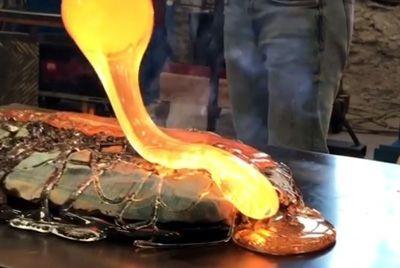 В Швеции запекли рыбу в расплавленном стекле