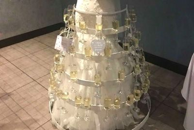 Невеста украсила свое свадебное платье 50 бокалами игристого вина