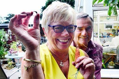 Британка нашла потерянное кольцо благодаря моркови
