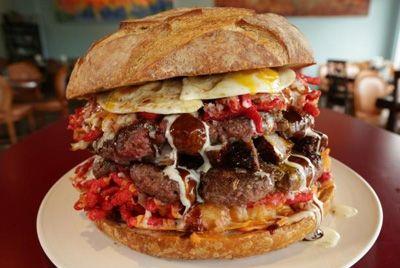 В Лас-Вегасе готовят гамбургер, которым можно накормить восьмерых человек