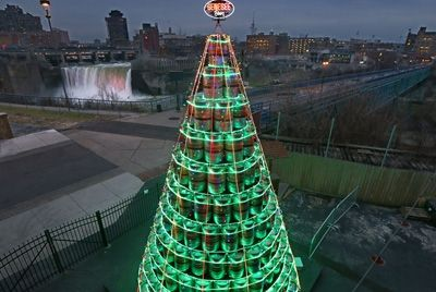 В Нью-Йорке создали новогоднюю елку из пустых пивных бочонков