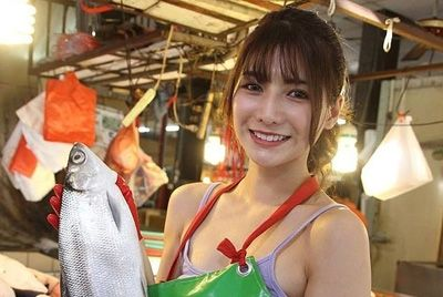 Тайваньская модель стала самой красивой продавщицей рыбы
