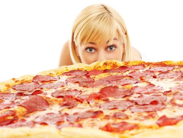 Ирландская пиццерия готова заплатить 500 евро тому, кто съест гигантскую пиццу за полчаса