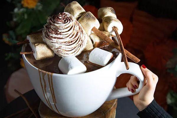 Нью-Йоркский ресторан предлагает огромную порцию горячего шоколада