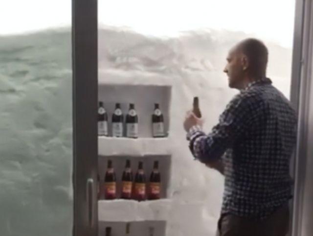 Австриец устроил пивной холодильник в сугробе, завалившем его дом