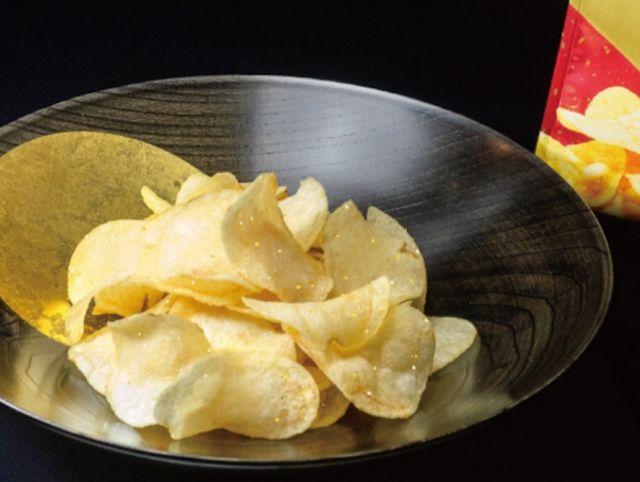 Японская компания выпустила «роскошные» чипсы с сусальным золотом