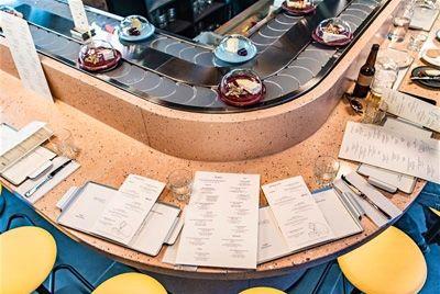В Лондоне открылся первый в мире ресторан с сырным конвейером