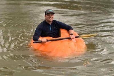 Фермер вырастил тыкву весом 413 кг и сделал из нее лодку
