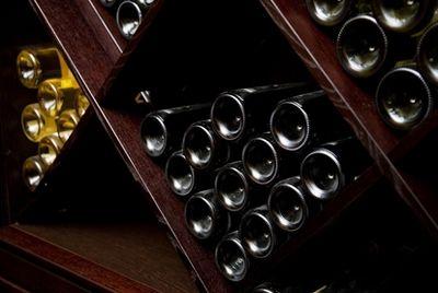 Дайверы достали 900 бутылок коньяка и ликера, пролежавших на дне моря более 100 лет