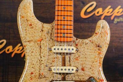 Российский гитарный мастер создал гитару с лапшой рамен