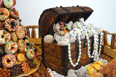 Японские студенты смастерили огромный корабль из сладостей