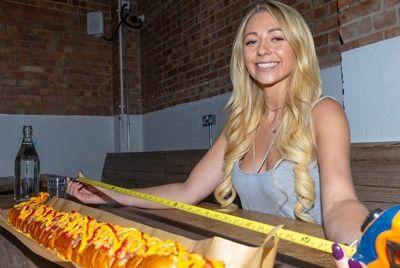 Британский фуд-блогер съела метровый хот-дог за 25 минут