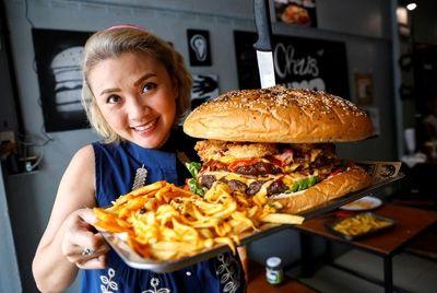 Ресторан Бангкока предлагает съесть бургер весом 6 кг за 9 минут