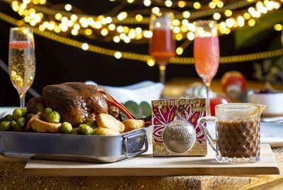 Новогодний шар с блестящим соусом для праздничного ужина