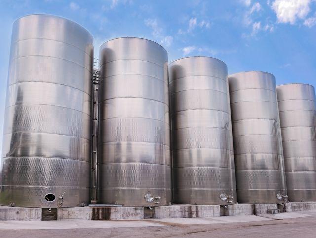На калифорнийской винодельне разлилось 380000 литров красного вина