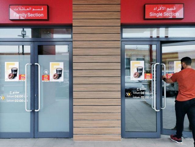 Рестораны Саудовской Аравии отменили раздельные входы для женщин и мужчин