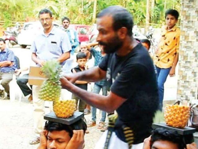 Индийский мужчина разрезал пополам 75 ананасов за 30 секунд