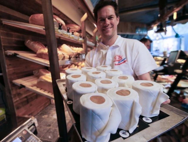 Немецкая пекарня продает торты в виде туалетной бумаги