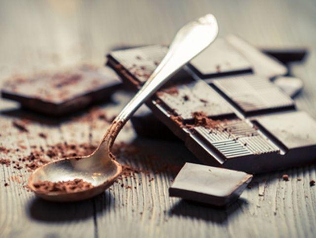 Владельцы голландской фермы кормят коров шоколадом