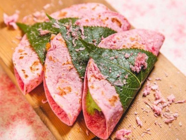 В Токио к сезону цветения сакуры появились розовые тако