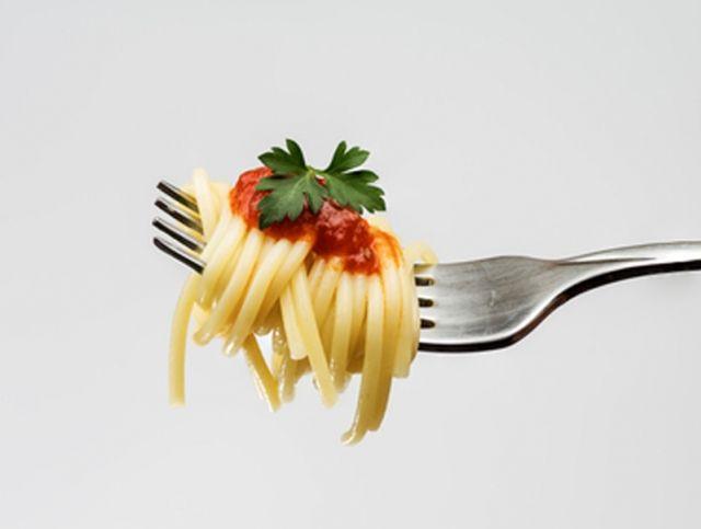Необычный способ употребления спагетти вызвал споры в Сети