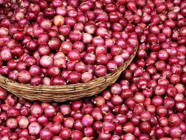 Житель Индии купил 28 тонн лука, чтобы попасть домой во время пандемии коронавируса