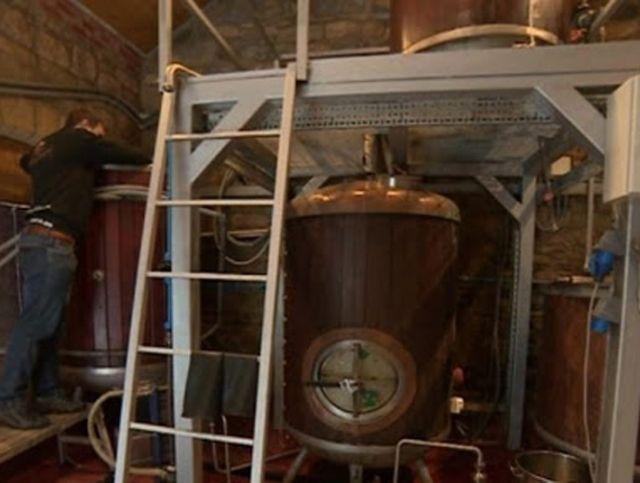 Английская пивоварня раздает жителям запасы пива