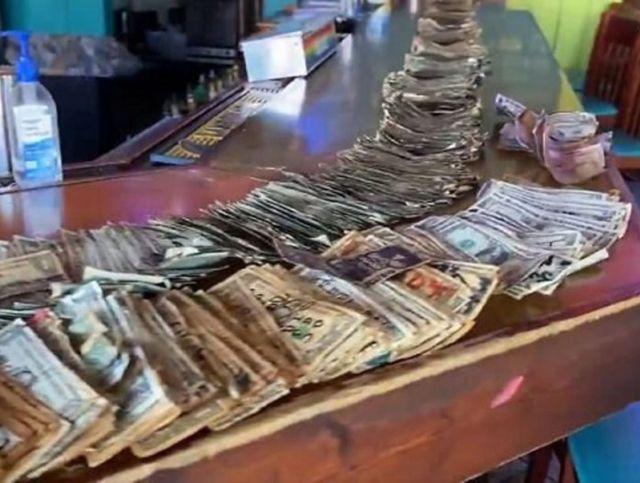 Владелица американского бара заплатила сотрудникам деньгами, украшавшими стены заведения