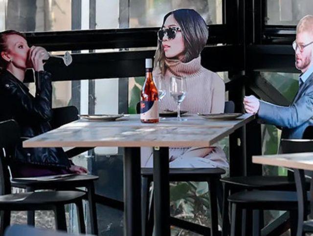 Австралийский ресторан рассадил за столиками картонных людей