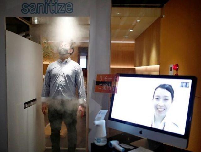 Токийский паб дезинфицирует клиентов при входе