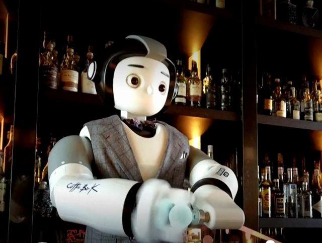 В Сеульском баре робот готовит лед для напитков