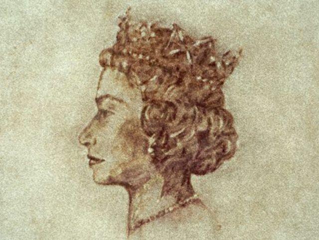 Художница нарисовала портрет Елизаветы II вином на ковре
