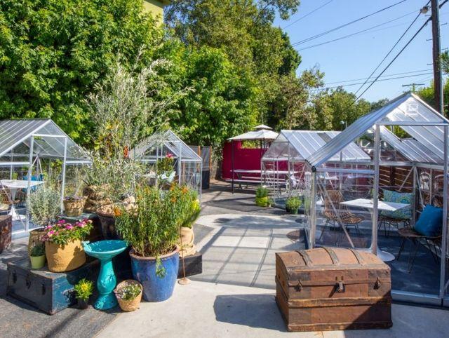 Кафе в Лос-Анджелесе установило на территории стеклянные кабинки-теплицы