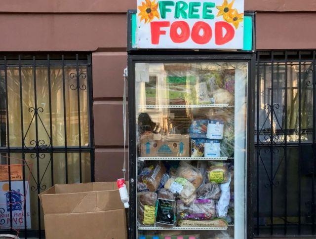 Жители Нью-Йорка установили на улицах красочные холодильники для борьбы с голодом